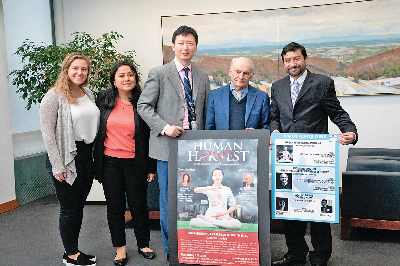 維珍尼亞大學法學院教授尼爾森萊昂(右一)、人權律師大衛麥塔斯(右二)、法輪功學員李旭東醫生(中)與籌辦講座的法學院學生合照。(林樂予/大紀元)