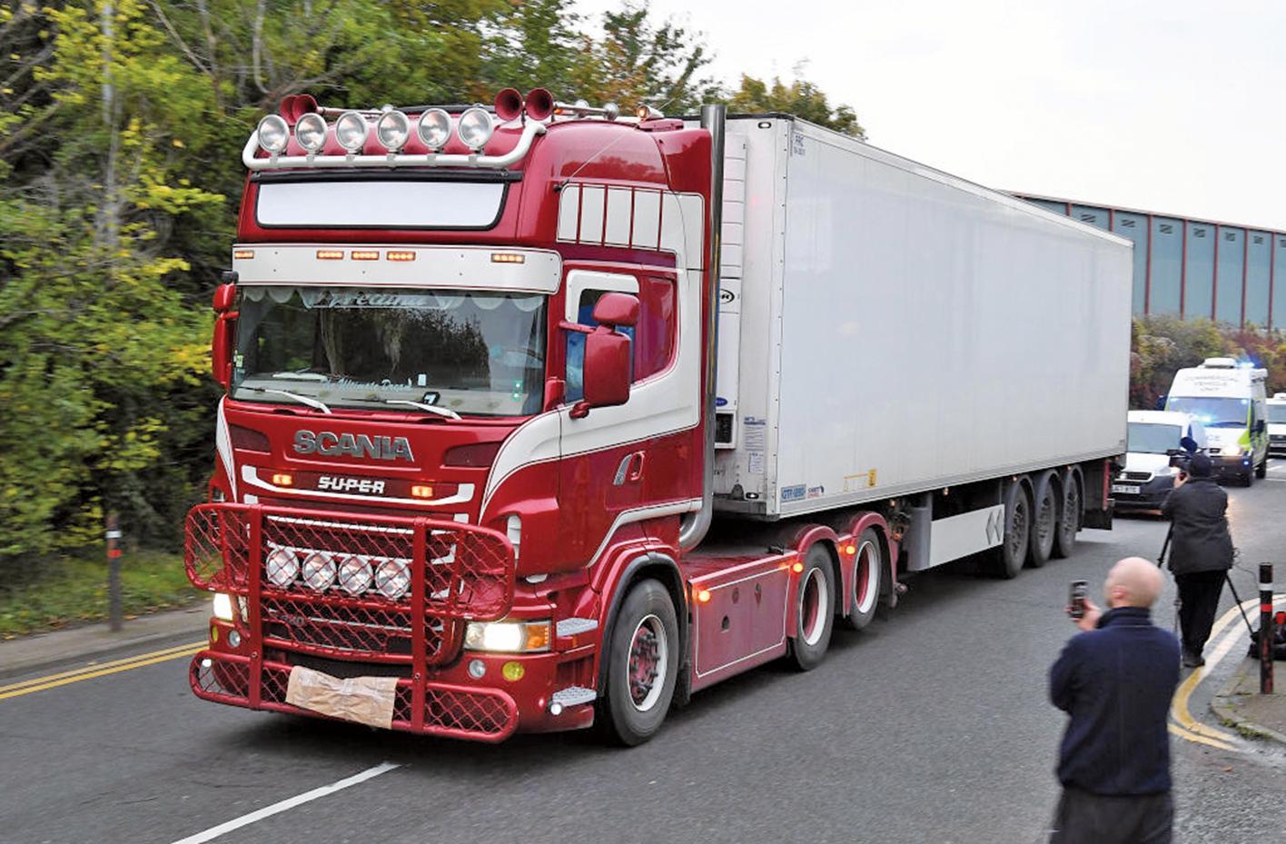 英國警方於周三(10月23日)在倫敦東部埃塞克斯(Essex)的一輛半卡車後部發現39具屍體。(Getty Images)
