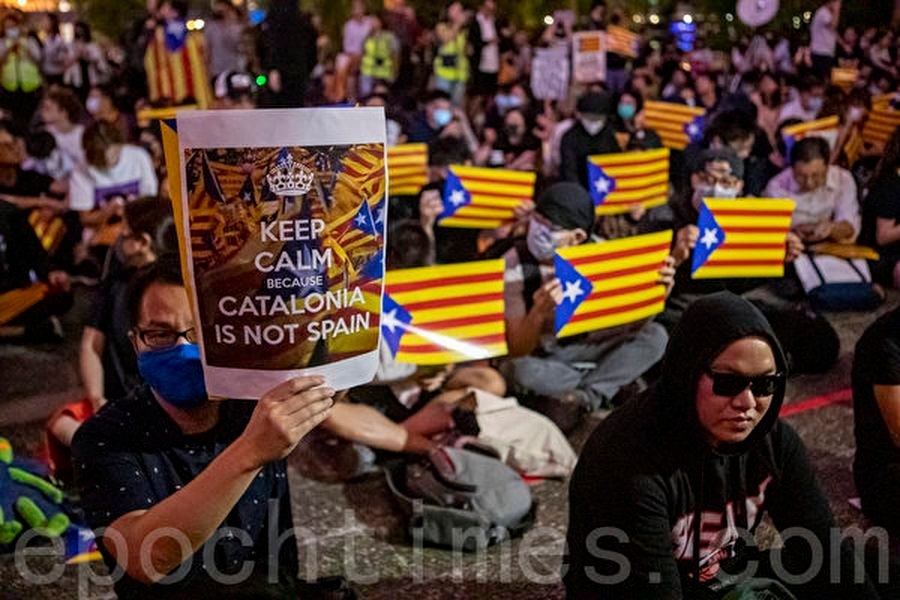 2019年10月24日晚,香港民眾於中環遮打花園發起「香港加泰人權自由集會」,聲援加泰隆尼亞人爭取自由和人權。(余鋼/大紀元)