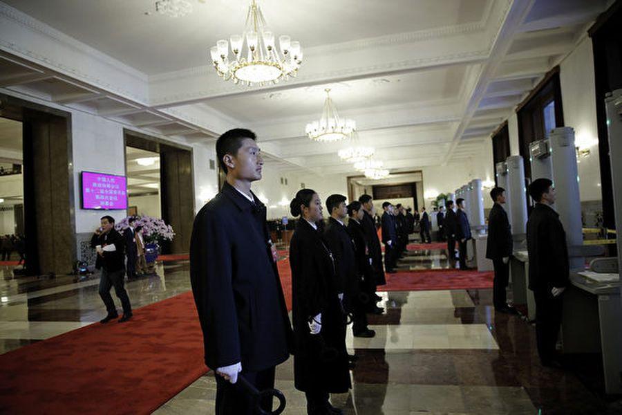圖為站在人民大會堂內準備進行安檢的保安人員。資料圖。(Lintao Zhang/Getty Images)