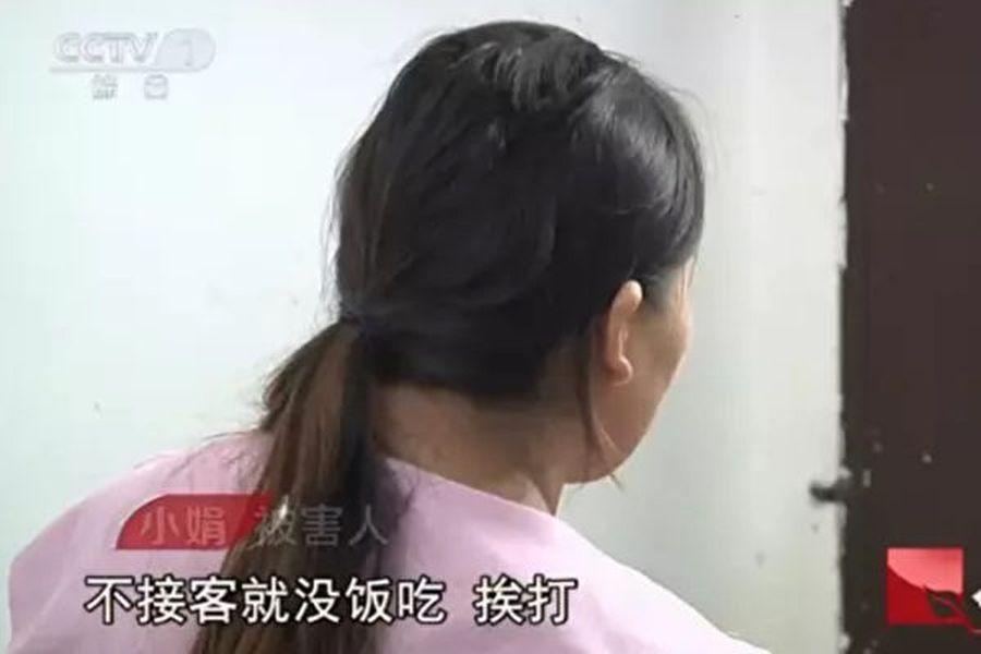 受害人小娟被禁錮了10年,強迫賣淫,獲救時已經診斷精神疾病。(央視影片截圖)