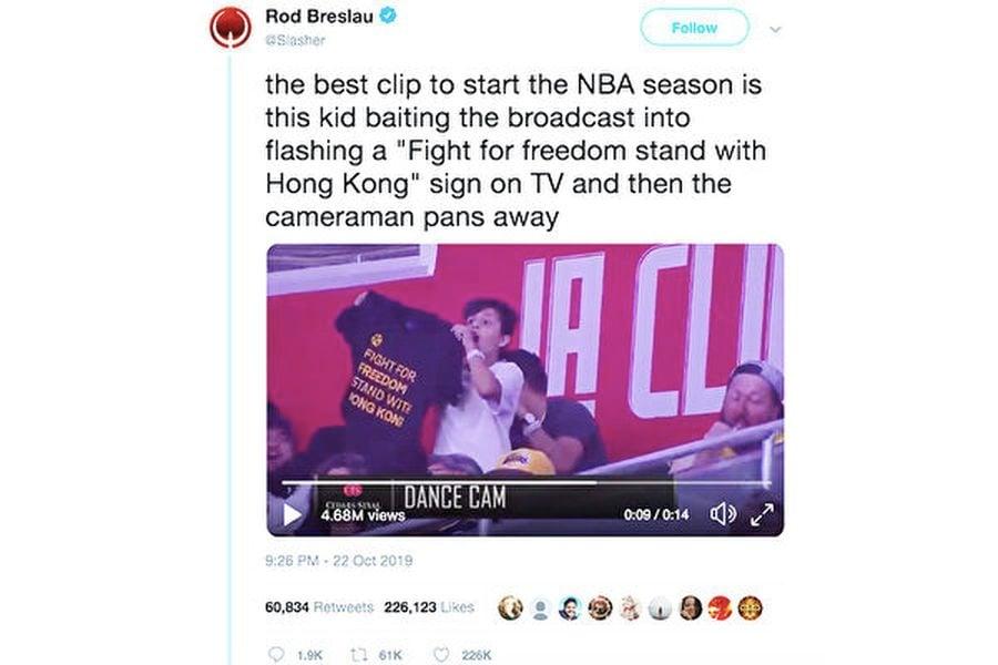 圖:少年球迷Matan在10月22日洛杉磯Staples中心的NBA賽場上,對洛杉磯快艇隊的鏡頭展示挺港T恤衫。(Rod Breslau推特截圖)