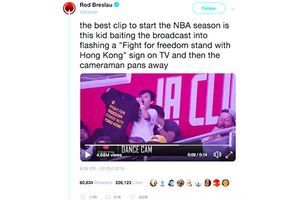 少年球迷NBA賽場鏡頭前「挺自由撐香港」