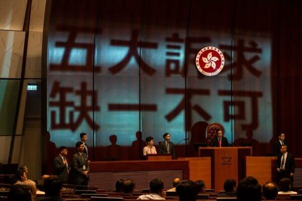 中共外交部官網刪除了華春瑩「盲撐」林鄭的言論。( Billy H.C. Kwok/Getty Images)