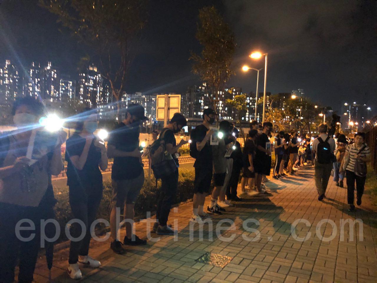 25日有網民發起晚上前往將軍澳舉行「陳彥霖走過最後的路」人鏈活動。(葉依帆/大紀元)