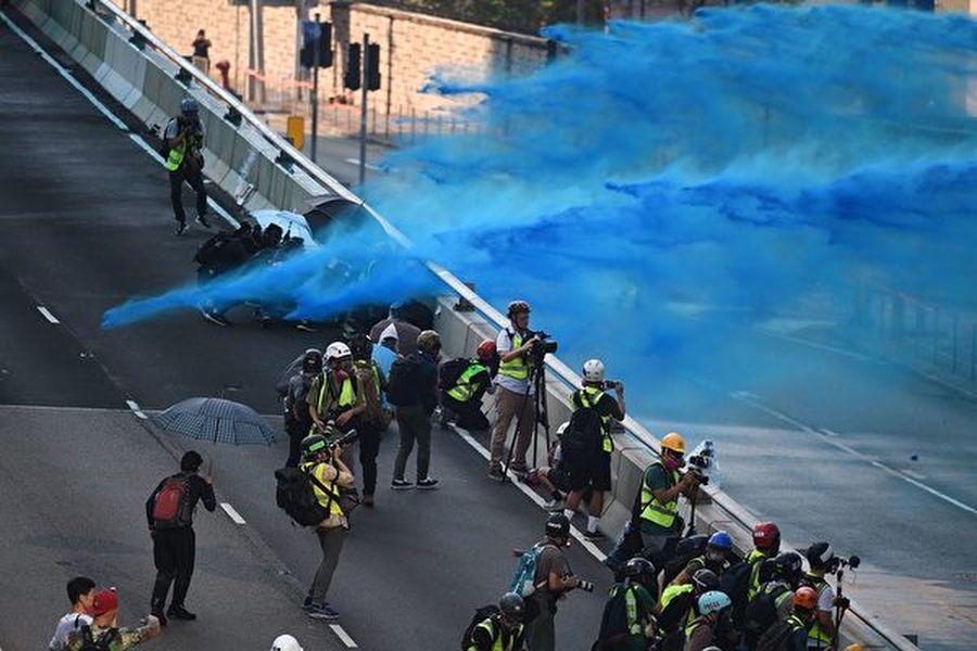 10月1日,香港警方在金鐘政府總部用水炮車發射藍色水劑。(MOHD RASFAN/AFP/Getty Images)