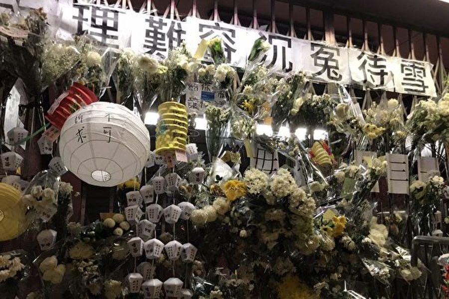 圖為9月13日,港人中秋之夜到太子站追悼可能8.31被港警打死的港人。(文瀚林/大紀元)