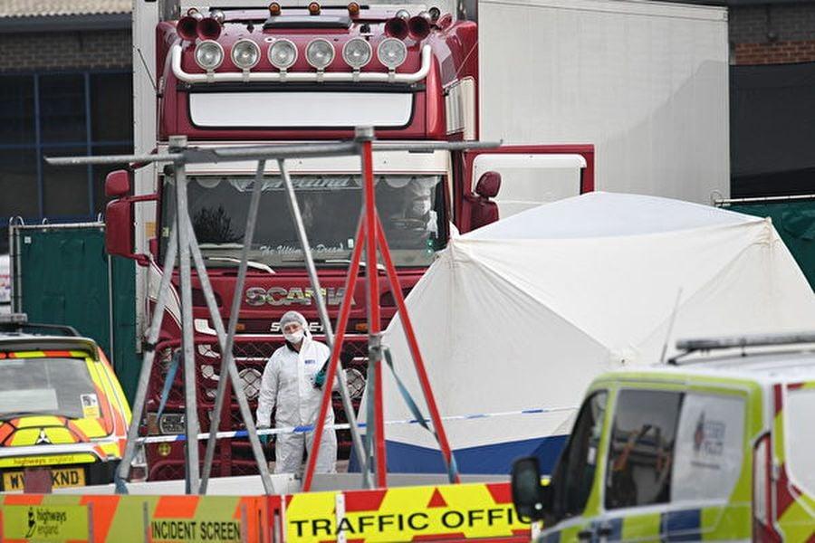 本周三,英國華特格雷德(Waterglade)工業園區一輛卡車集裝箱內驚現39具屍體。(Photo by Leon Neal/Getty Images)