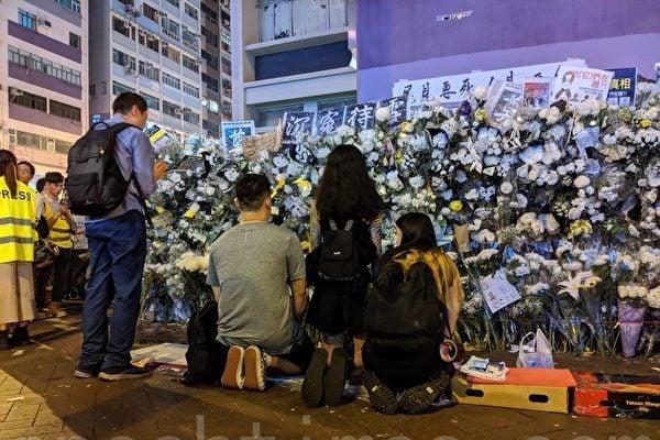 圖為9月7日,港鐵太子站外,港人持續沉痛悼念死去的冤魂,「生要見人,死要見屍」口號聲不絕於耳。(黃曉翔/大紀元)