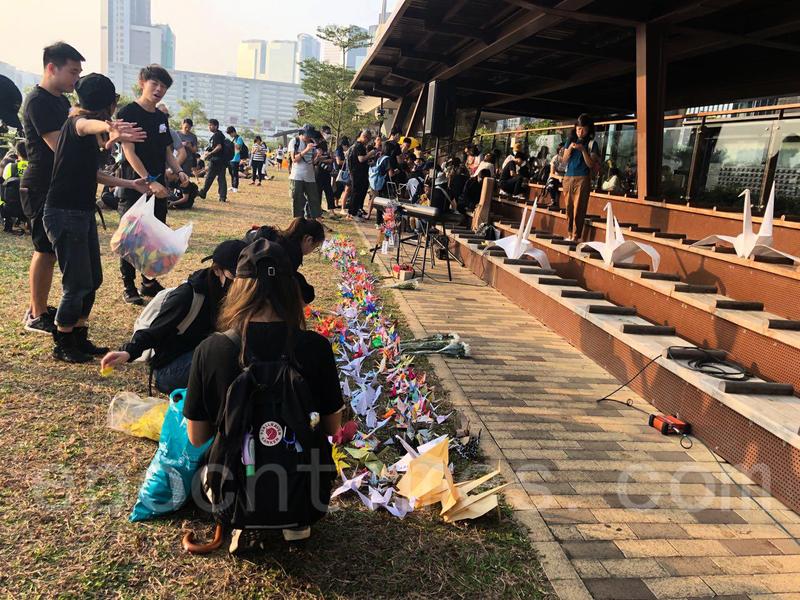 【組圖】觀塘海濱長廊 香港市民摺紙鶴寄哀思