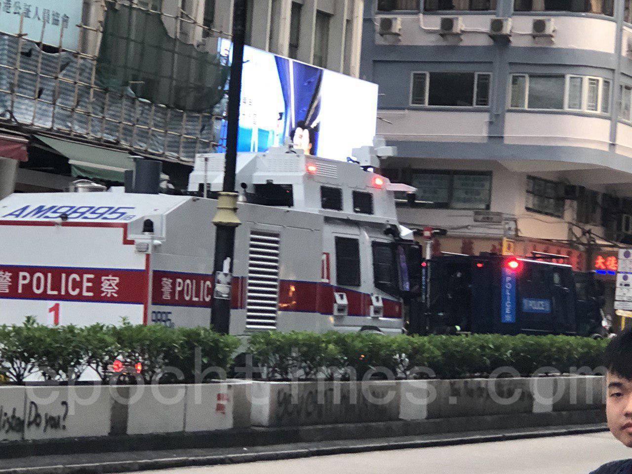 27日,香港市民發起的「追究警暴 守護民眾 與記者同行」集會。水炮車在警民對峙現場待命。(宋碧龍/大紀元)