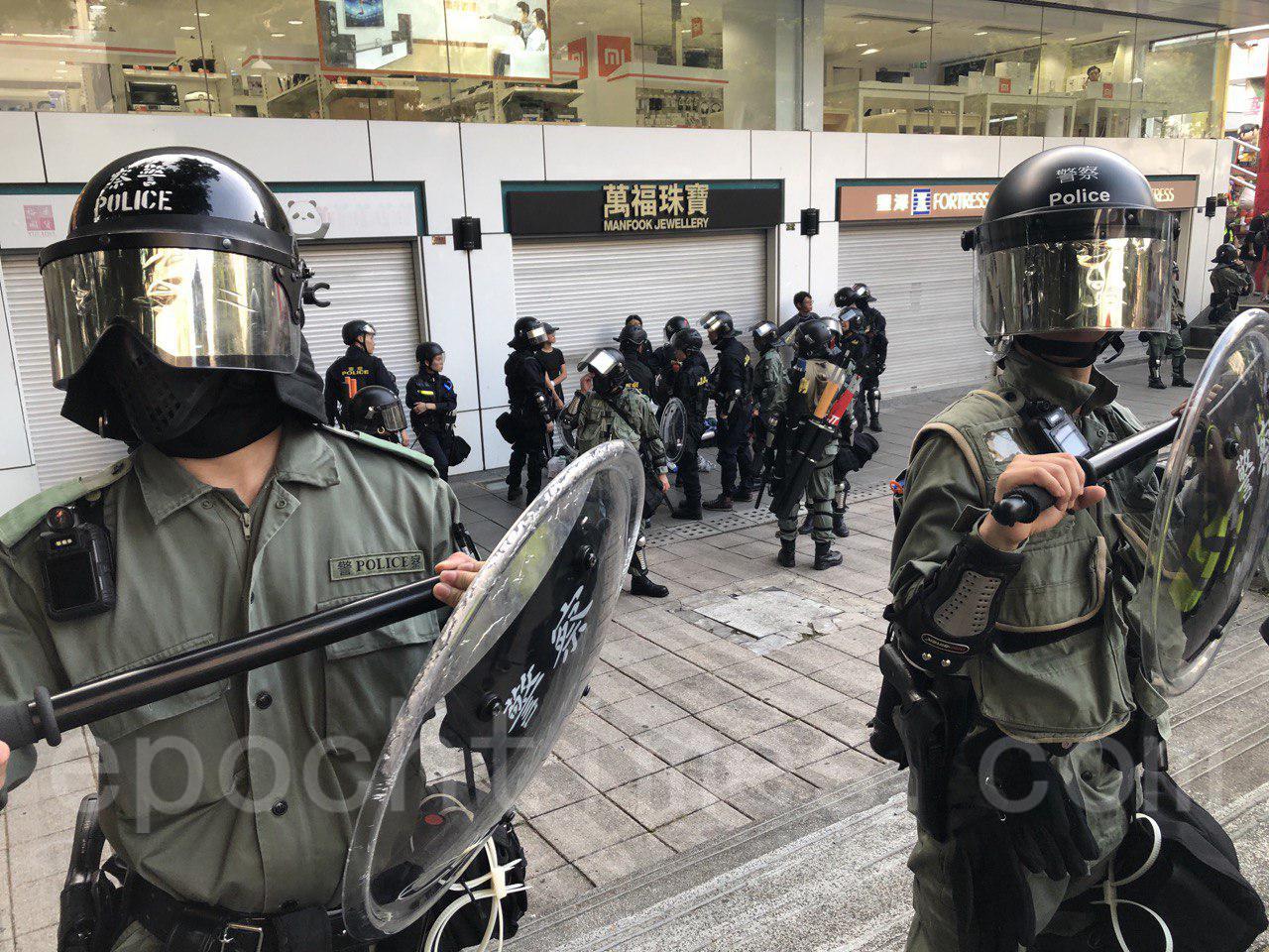 27日,香港市民發起的「追究警暴 守護民眾 與記者同行」集會。在旺角彌敦道一帶警民對峙,多名市民被拘捕。(余天佑/大紀元)