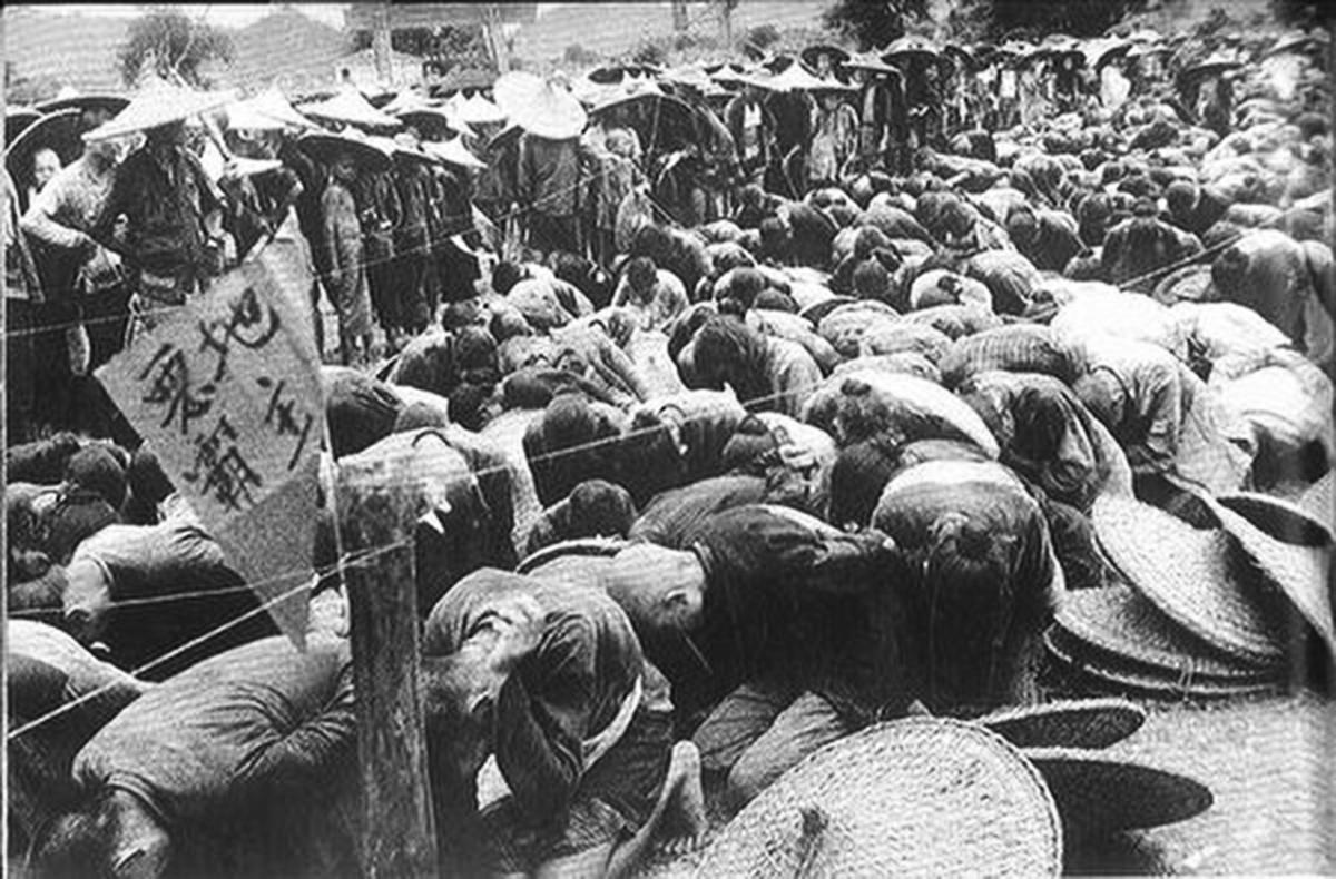 中共為鞏固新政權發動的第一場肅反運動——鎮壓反革命運動。圖為1951年被清查逮捕的「地主」們。(網絡圖片)
