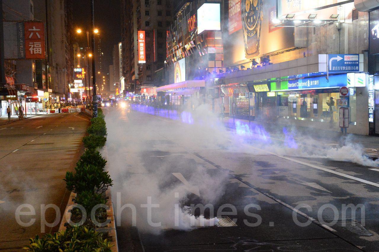 27日,入夜後,在旺角一帶警民衝突依然持續,晚9時之後,警察頻繁發射催淚彈,現場濃煙瀰漫。(宋碧龍/大紀元)
