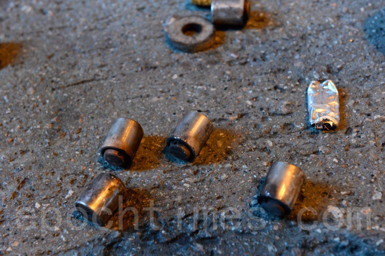 27日,入夜後,在旺角一帶警察頻繁發射催淚彈,現場記者懷疑,現場發射的催淚彈是大陸製,流出的水霧是黑的,之前是黃的。(宋碧龍/大紀元)