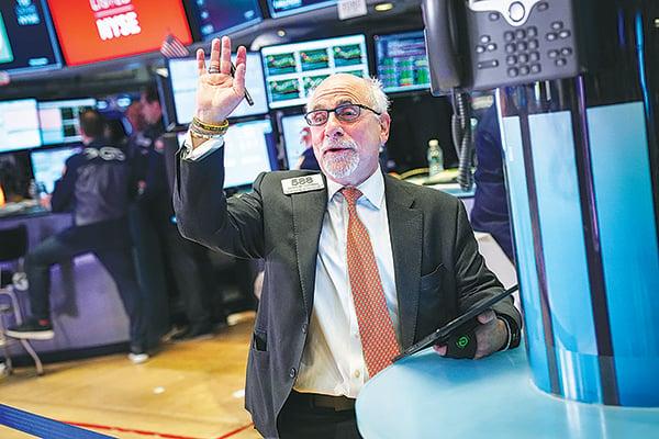 美股三大指數準備破繭而出、續創歷史新高的主因有三個:第三季財報、美聯儲減息和中美貿易簽訂協議。圖為2019年10月11日紐約證券交易所的交易員。(Getty Images)