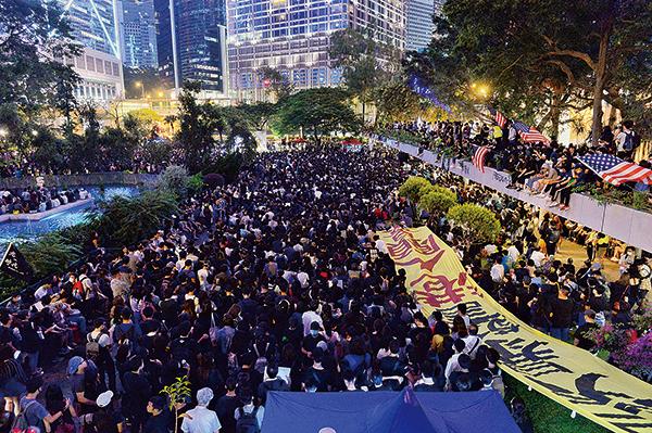 醫療專職人員26日晚上在中環遮打花園舉行「尊重人權 克制警權」集會,大會估計有過萬人參加集會。(宋碧龍/大紀元)
