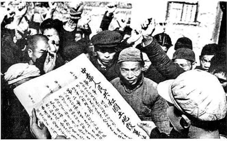 「土改」期間,中共幹部向農民宣傳《土地改革法》。(公有領域)
