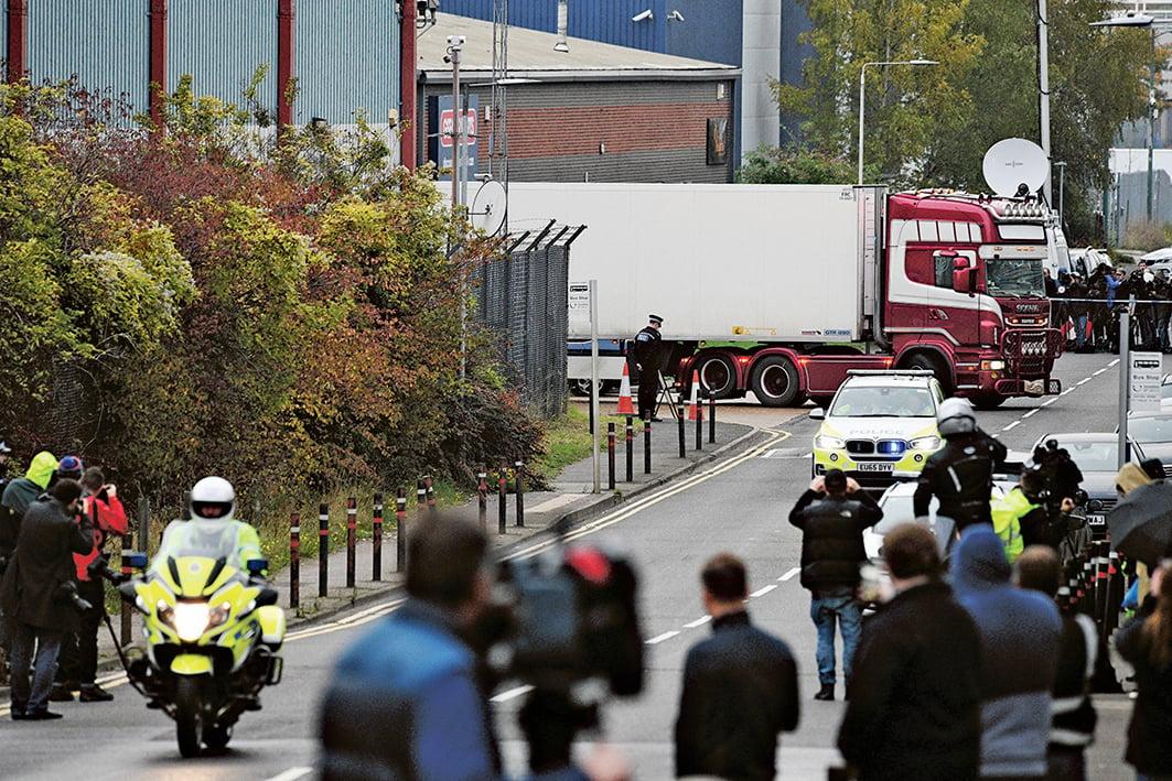 10月23日,英國警察發現貨櫃車中有39具屍體,震驚英國。(AFP)