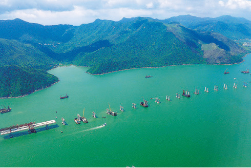 港珠澳大橋工程曾有多番爭議,包括造價、環保問題等,圖為正在興建的大橋。(維基百科)