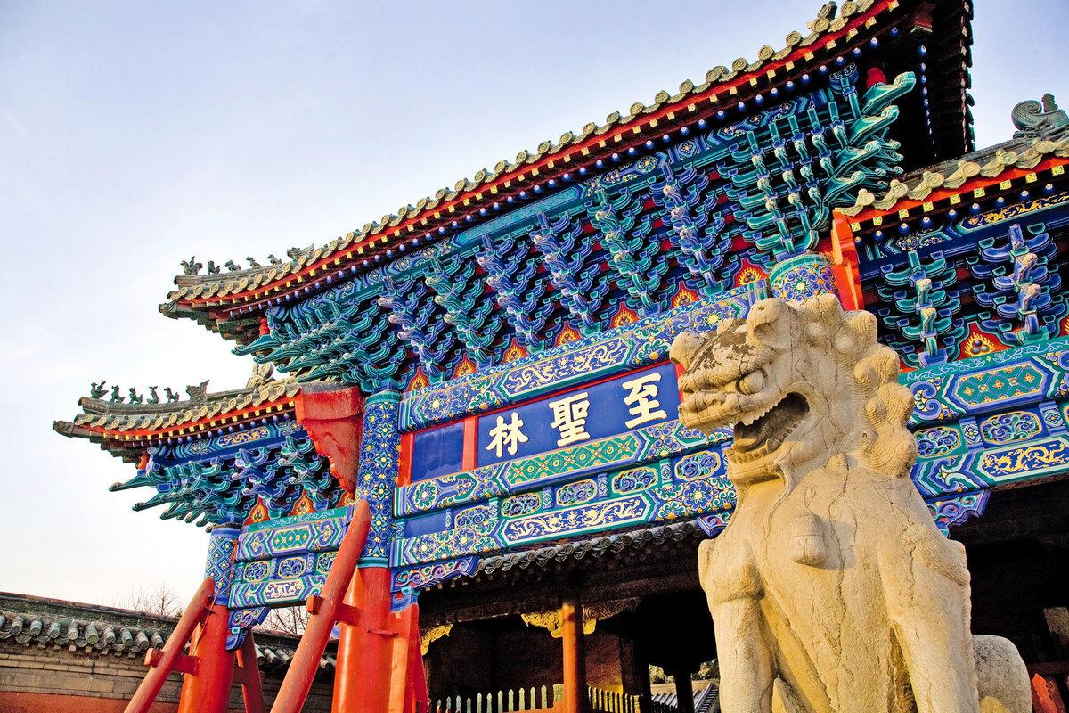 中國古代自有科舉以來,無論進官學、私塾,還是自學,學的都是「孔、孟之道」。學好聖人經典,方有晉身入仕之望。圖為山東曲阜孔子墓。(Shutterstock)