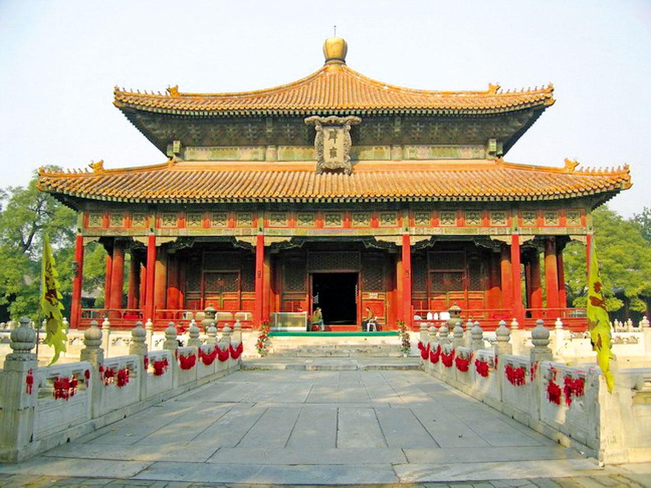 在科舉盛行的年代,整個社會推崇聖人經典。治理國家以聖人教導的「齊家、治國、平天下」的理念為基礎。圖為北京國子監辟雍殿。(公有領域)