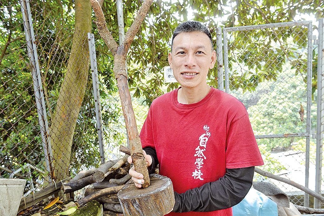 鄉師自然學校創辦人之一葉頌昇校長(海星校長)親自教授木工課。