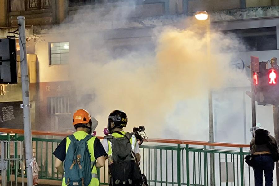 10月21日,元朗白衣人襲擊市民事件三個月之際,港人舉行抗議活動,再次遭到港警狂放催淚彈鎮壓。(駱亞/大紀元)