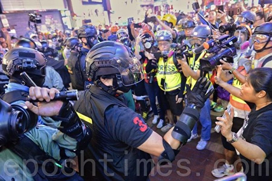 2019年10月27日,香港民眾從梳士巴利花園遊行,追究警方使用暴力。水砲車在彌敦道。(宋碧龍/大紀元)