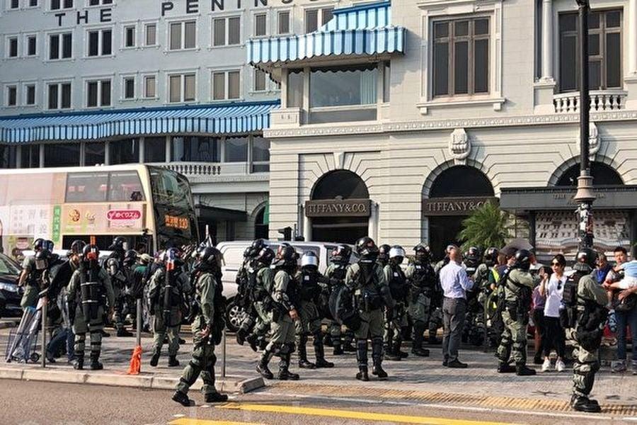 10月27日,香港民眾下午三時在尖沙咀梳士巴利花園集會,追究警方使用暴力。(梁珍/大紀元)