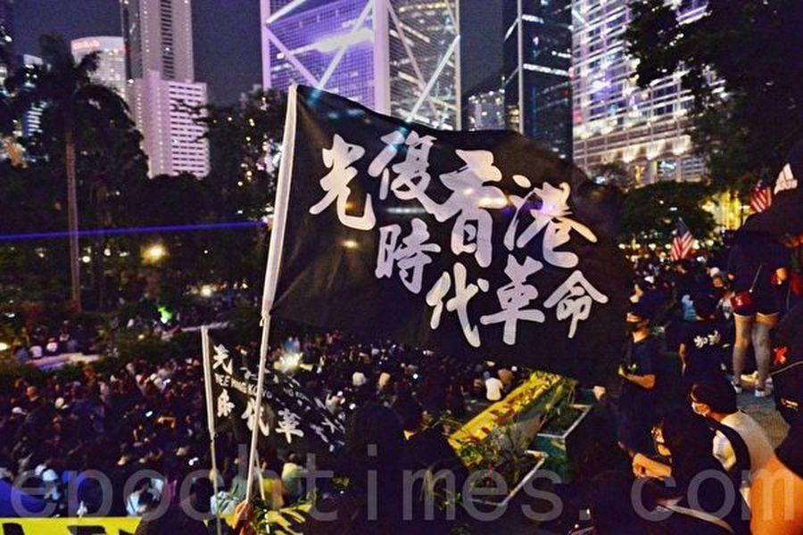 圖為10月26日,香港民眾在遮打花園舉行醫護人員集會,反抗警方暴力。(宋碧龍/大紀元)