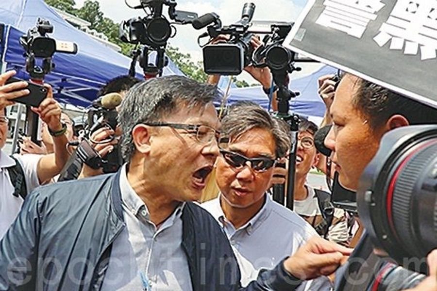 8月12日,何君堯一度用手指戳法律界議員郭榮鏗的肩頭,又揪其衣領。(陳仲明/大紀元)