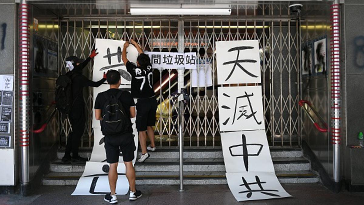 港人已被中共從反送中逼上反共道路,但中南海圍繞香港的內鬥似乎仍未停歇。圖為10月1日港人懸掛「天滅中共」的標語。(MOHD RASFAN/AFP/Getty Images)