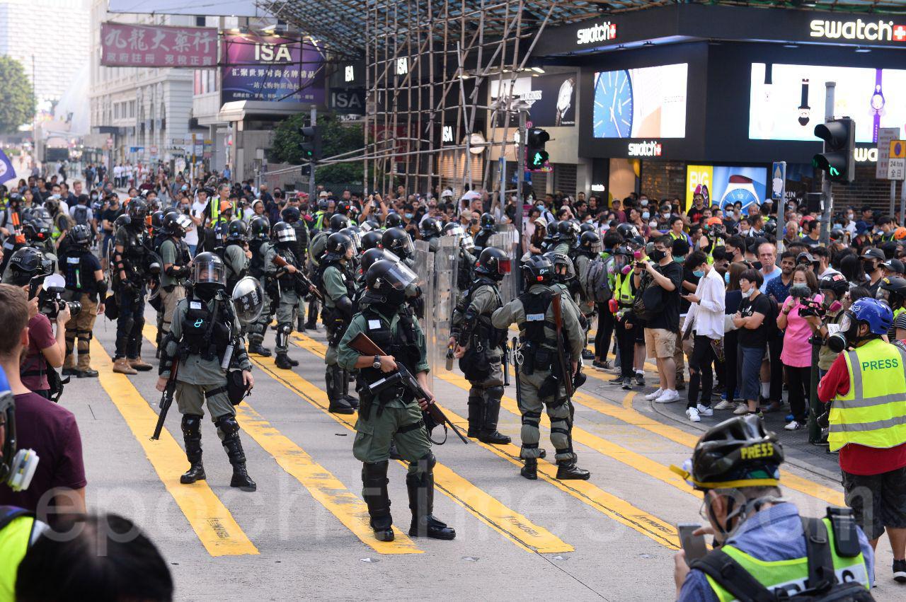 近日,香港高院批處臨時禁止令,禁止起底警察及其家屬信息。圖為27日香港警察在旺角清場,驅趕市民。(宋碧龍/大紀元)
