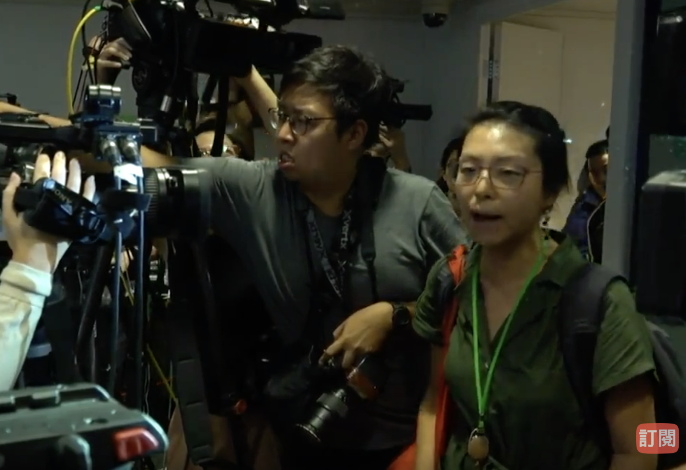 28日警方記者進行途中,有女記者發問,批評警方暴力阻礙記者採訪,記者成警暴受害者一事,警方表示未到提問時間,不回應。爭執之下,警方一度終止了記者會。(視頻藉圖)