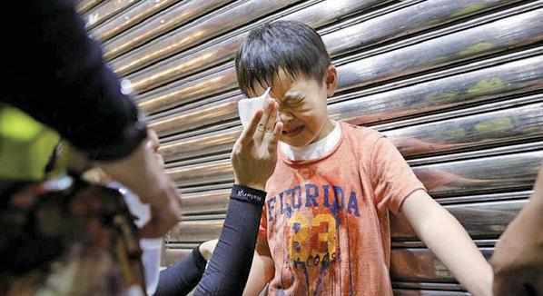 警方被指為刺激抗爭者情緒,上周日在尖沙咀集會遊行未開始前已盤查市民,並在油尖旺區發射大量催淚彈及近距離噴射胡椒水劑。圖為一名小童也被噴中。(「真相」臉書圖片)