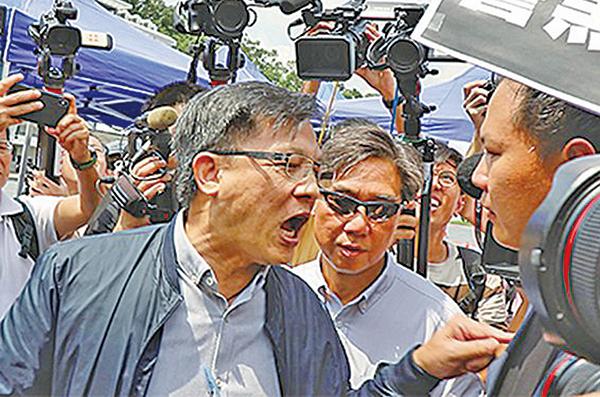 8月12日,何君堯一度用手指戳法律界議員郭榮鏗的肩頭,又揪其衣領。(大紀元資料室)