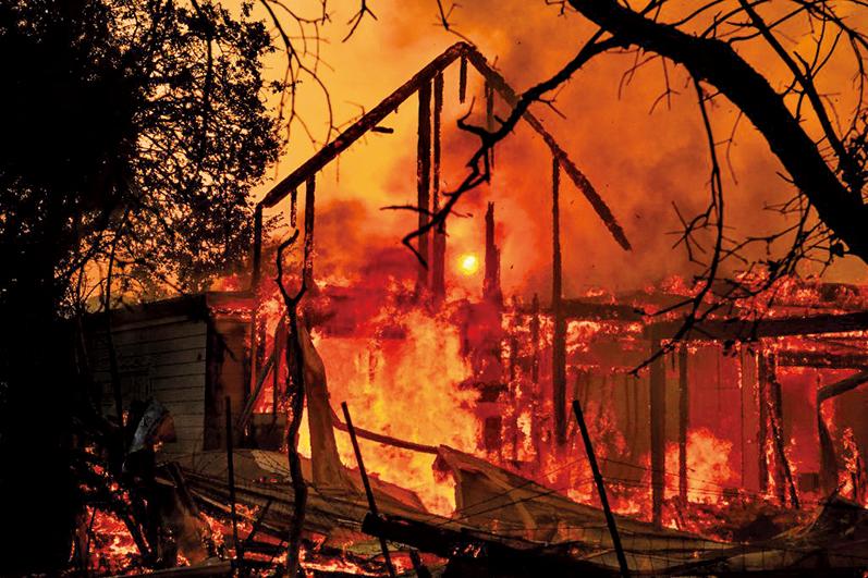 圖為2019年10月27日,加利福尼亞州希爾茲堡(Healdsburg)一房屋被Kincade 大火燃燒只剩下一框架。(AFP)
