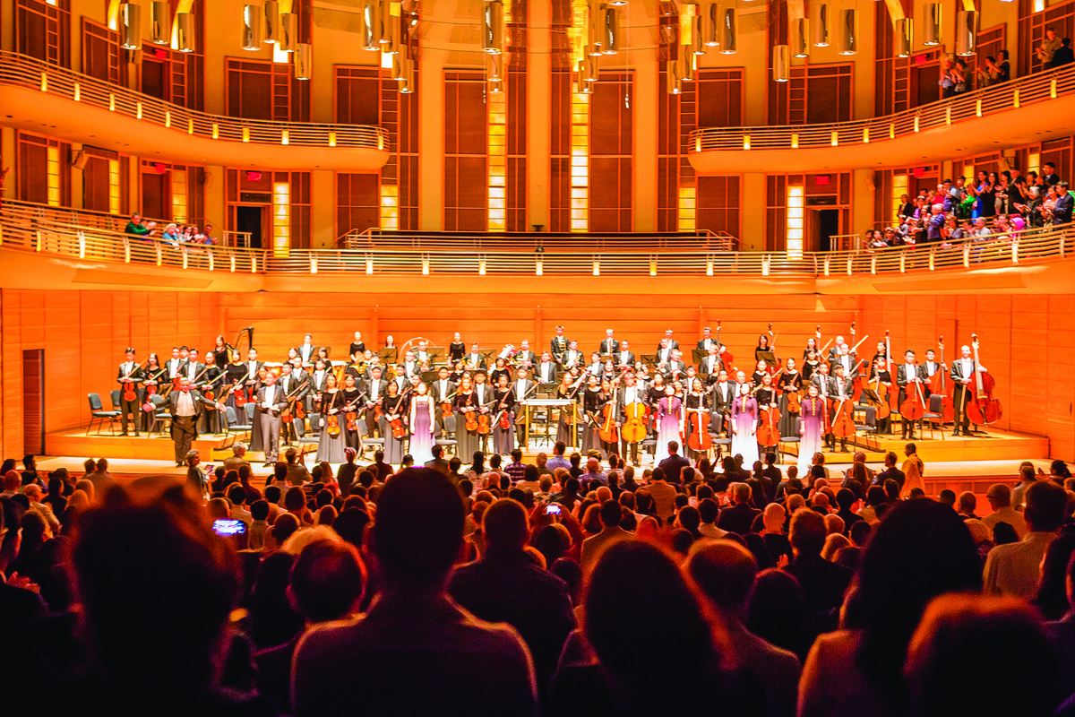 10月13日,神韻交響樂團在美國首都華盛頓近郊斯特拉斯莫爾音樂中心的演出獲得滿場觀眾的讚譽。(李莎/大紀元)
