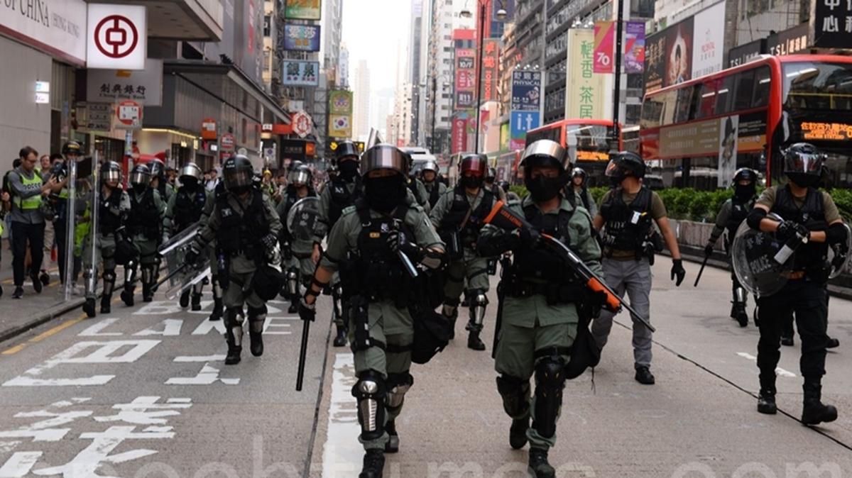 10月13日,再有上萬名港人蒙面上街抗議,港警大舉拘捕抗爭者及施放催淚彈。(宋碧龍/大紀元)