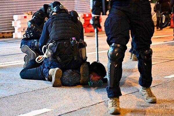 多名警察將一名抗爭者壓倒在地逮捕。(PHILIP FONG/AFP via Getty Images)