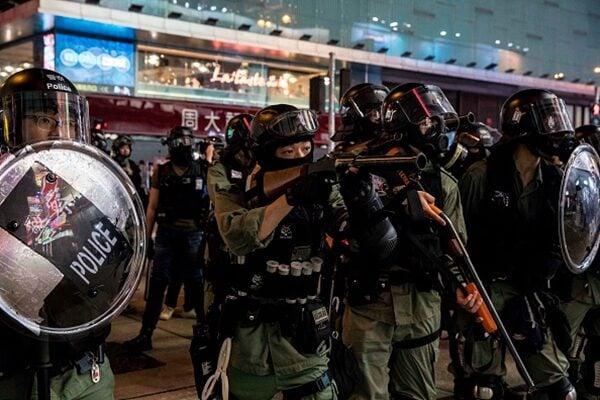 警方向抗爭者發射催淚彈、橡膠子彈。(DALE DE LA REY/AFP via Getty Images)