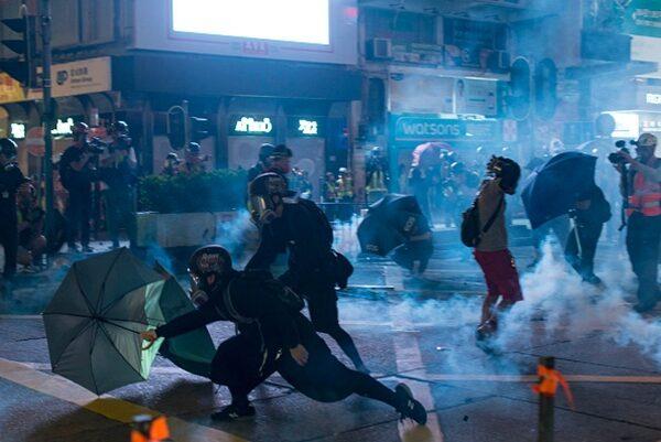 警方向抗爭者瘋狂發射催淚彈。(PHILIP FONG/AFP via Getty Images)