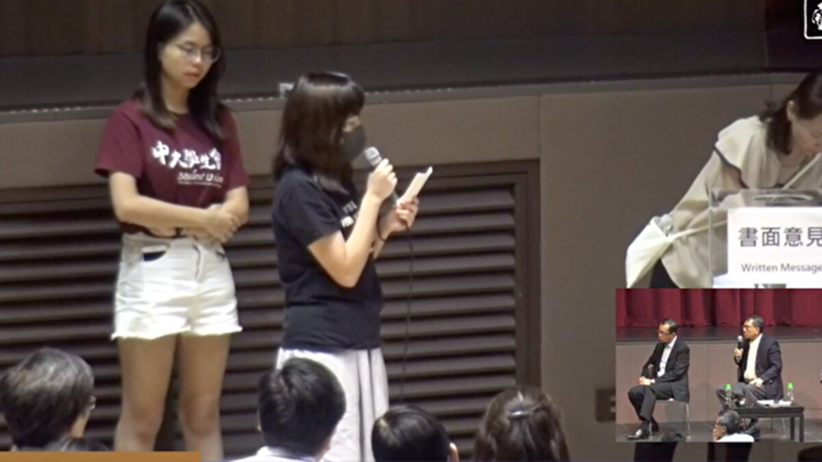 10月10日晚,中大校長段崇智與學生及校友公開會面。曾被捕的中大女生吳傲雪(Sonia)控訴自己在葵涌警署曾遭遇性暴力.(影片截圖)