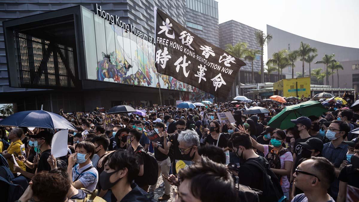 中共智囊稱,對香港動兵,將危及外匯儲備,給中共帶來災難性後果。(DALE DE LA REY/AFP via Getty Images)