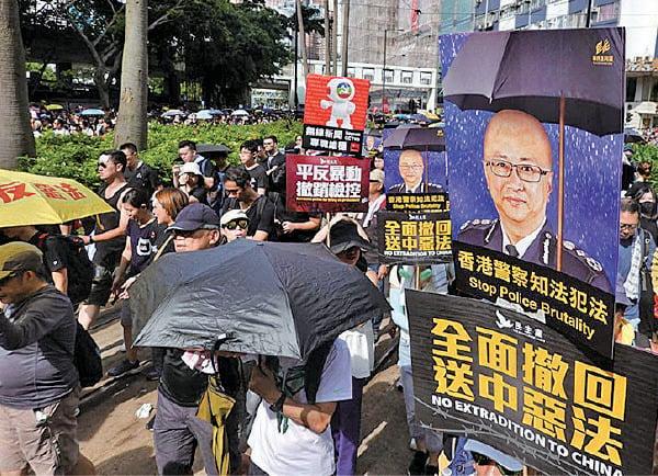 7月21日港島大遊行,有市民手持諷刺警務處處長盧偉聰無法無天的海報。(大紀元資料圖)