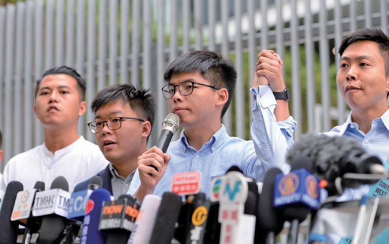 黃之鋒昨日在立法會外舉行記者會交代被DQ一事。(宋碧龍/大紀元)