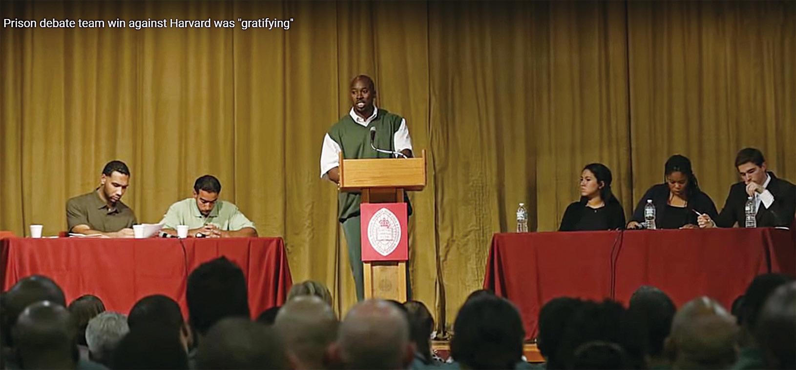 42歲的施耐德在台上辯論。他最早要到2024年才能刑滿出獄。目前他已經在巴德計劃中獲得了碩士學位,並將繼續學習有關公共健康的大學課程。(YouTube影片截圖)
