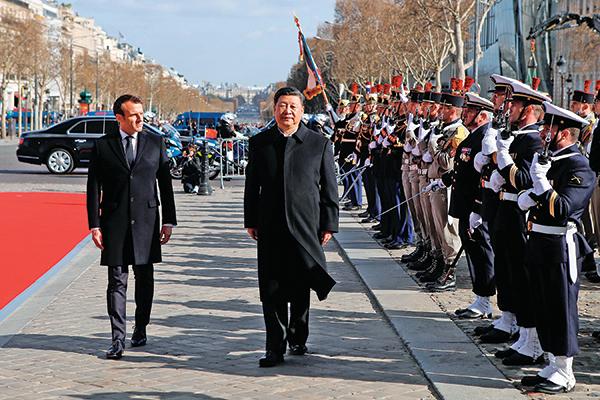圖為今年3月25日法國總統馬克龍同習近平檢閱儀仗隊。習近平走的異常地慢,馬克龍跟隨慢慢前行。(Getty Images)