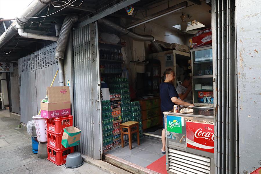 裝潢古舊的舖頭,通花鐵閘上仍縷刻著店名,保留著幾十年前的舊貌。(陳仲明/大紀元)